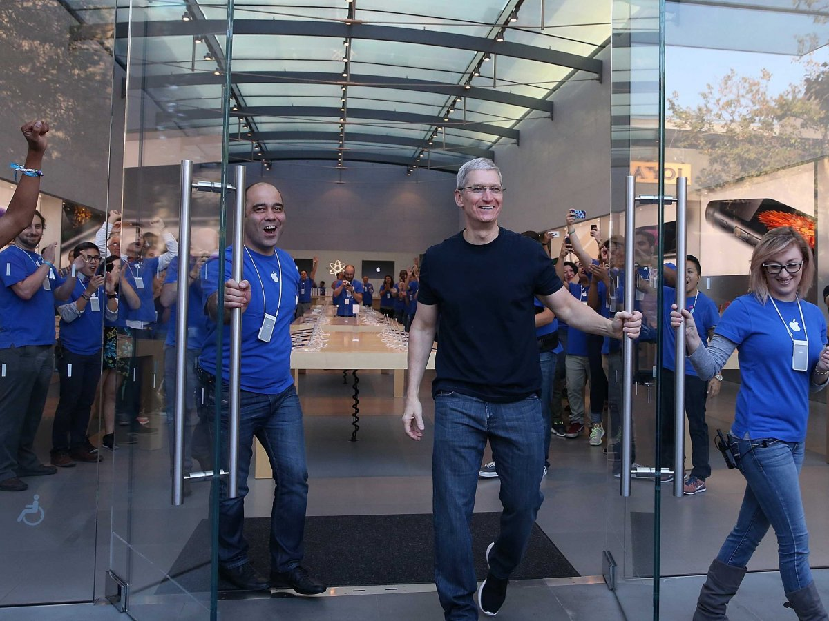 tim-cook-apple-store